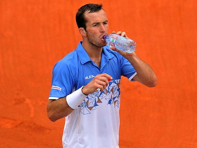 Radek Štěpánek se občerstvuje při vítězném zápase s Francouzem Mountcourtem.