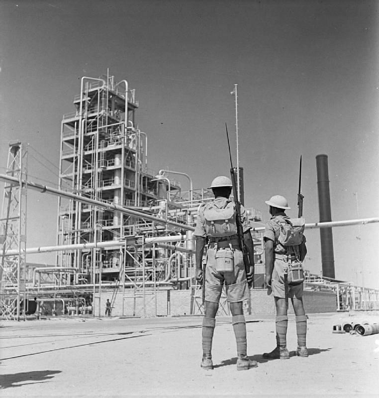 Indická stráž před íránskou rafinérií