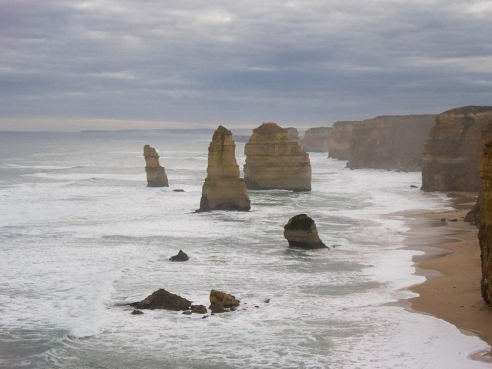 Přírodní útvar Dvanáct apoštolů lze najít u pobřeží Austrálie. Skal vystupujících z vody je ale ve skutečnosti už jen osm. Devátá se zřítila před několika lety. Její zbytky jsou vidět na fotce v popředí.