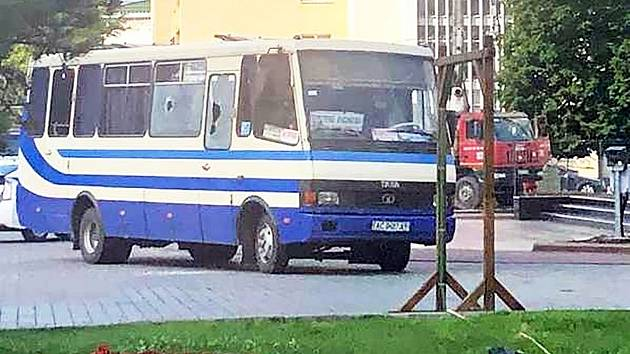 Ozbrojený muž se na Ukrajině zmocnil autobusu. Vzal si rukojmí