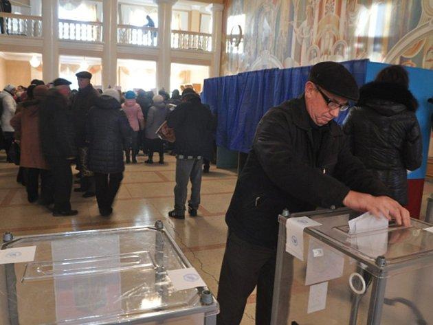 Hlasování v separatistických republikách v Luhansku a Doněcku mimo Rusko nikdo neuznal. Tamní obyvatelé přesto čekali ve frontách hodiny.