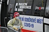 Na brněnském výstavišti 1. října 2020 zahájil provoz mobilní elektrobus Fakultní nemocnice Brno, ve kterém zdravotníci lidem odebírají vzorky k testování na nemoc covid-19.