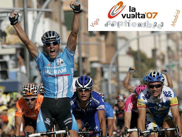 Alessandro Petacchi a jeho vítězné gesto po projetí cílem dvanácté etapy cyklistické Vuelty.