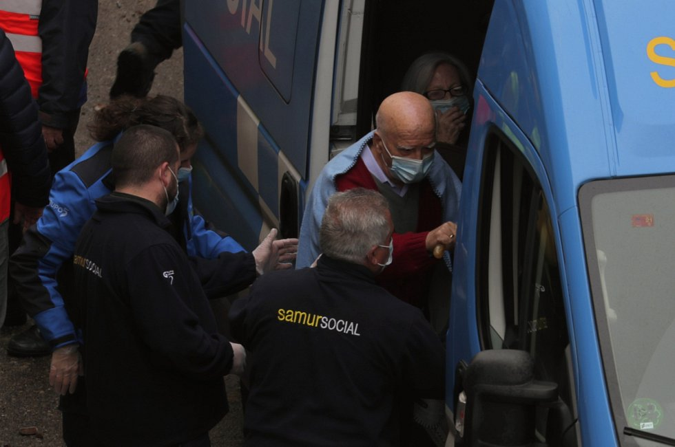 Na místě je několik zraněných, nejméně dva lidé neštěstí nepřežili.