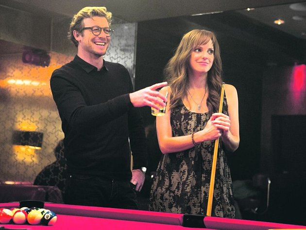 LOVE STORY.  Britská komedie Dávám tomu rok (vlevo: Simon Baker a Rose Byrne) baví mnohem méně, než slibuje.