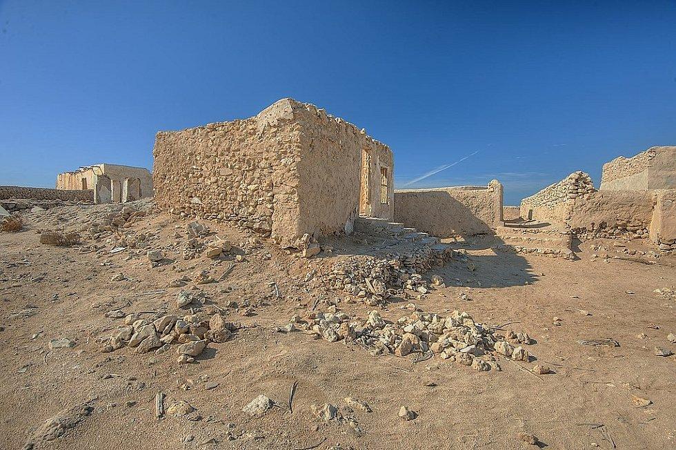 Na severozápadním pobřeží Kataru se nachází několik málo známých měst duchů. Jejich architektura vypráví o bývalém způsobu života obyvatel. Centrem všeho byla mešita. Na snímku nejznámější z měst, Al Jumail.