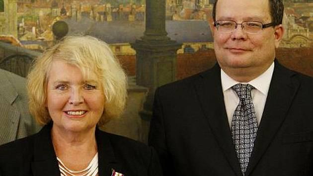 Spolupracovnice Deníku Ludmila Rakušanová obdržela 27. května v Praze z rukou ministra obrany Alexandra Vondry vyznamenání Zlaté lípy.