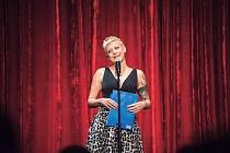 Stand-up komička Adéla Elbel.