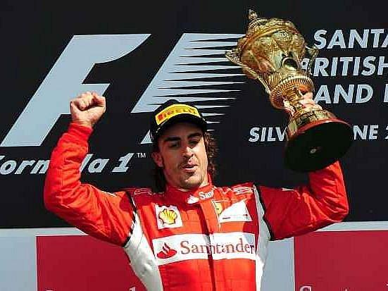 Fernando Alonso s trofejí pro vítěze Velké ceny Silverstone.
