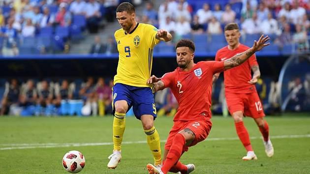 Kyle Walker (v červeném) v souboji se švédským soupeřem.