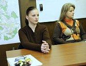 Na snímku zleva Aneta Tokarčíková z Havířova, maminka Barunky, a její advokátka Mgr Judita Kachlová