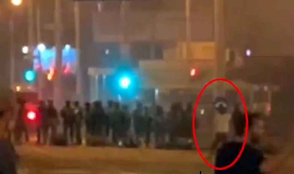 Záznam z pouličních kamer, zachycující smrt demonstranta Alexandra Tarajkovského (označeného červeným kroužkem)