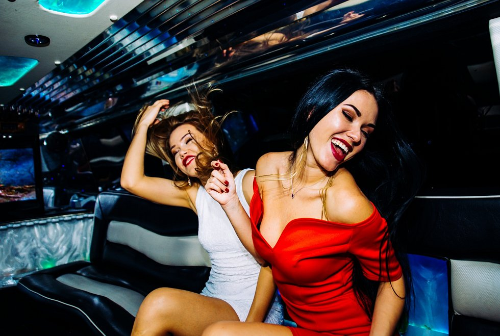 Zlatá mládež si velmi ráda užívá večírky.