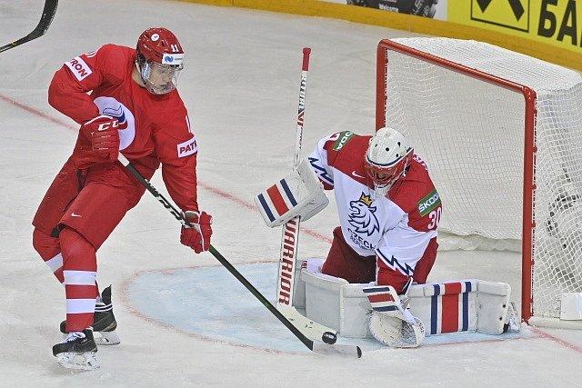 Brankář Šimon Hrubec zasahuje před Dmitrijem Voronkovem.