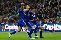 John Terry (uprostřed) se raduje ze svého gólu ve finále Ligového poháru proti Tottenhamu