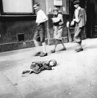 Umírající dítě na ulici varšavského ghetta v roce 1941