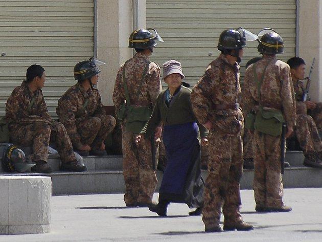 Čínští vojáci zaplavili ulice Lhasy.