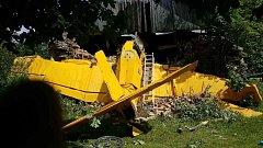 Letoun havaroval přímo do stodoly. Pilot byl těžce zraněn.