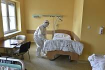Příprava nemocničního lůžka pro pacienty s nemocí covid-19 - ilustrační foto