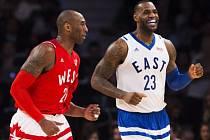 Hvězdy v akci. Kobe Bryant (vlevo) a LeBron James během Utkání hvězd NBA.
