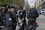 Francouzští policisté zasahují na místě střelby před nemocnicí Henry Dunant v Paříži, 12.dubna 2021