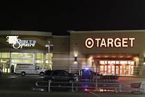 Nejméně tři lidé utrpěli zranění při střelbě v nákupním středisku na východě amerického města Indianapolis ve státu Indiana. Oznámila to místní policie. K incidentu došlo ve středu večer místního času.
