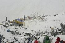 Horolezecký tábor po zásahu lavinou.