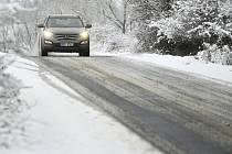 Auto na namrzlé silnici - ilustrační foto