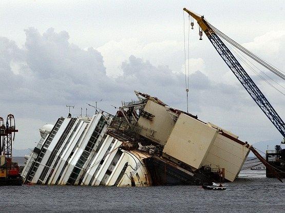 Vyzvedávání vraku výletní lodi Costa Concordia.