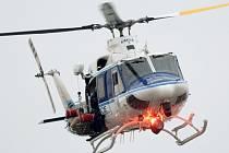Nad armádní budovou kroužily pátrací a záchranářské vrtulníky.