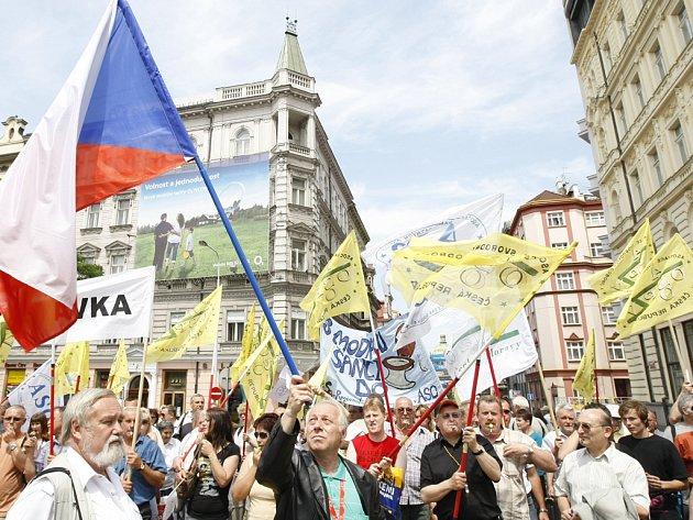 Takto demonstrovaly odbory v Praze loniv červnu. Zablokovali magaistrálu.