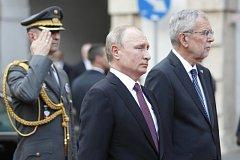 Ruský prezident Vladimír Putin spolu s rakouským prezidentem Alexandrem Van der Bellenem
