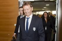Druhý místopředseda Fotbalové asociace ČR (FAČR) za Čechy Roman Berbr (uprostřed) přichází na valnou hromadu FAČR