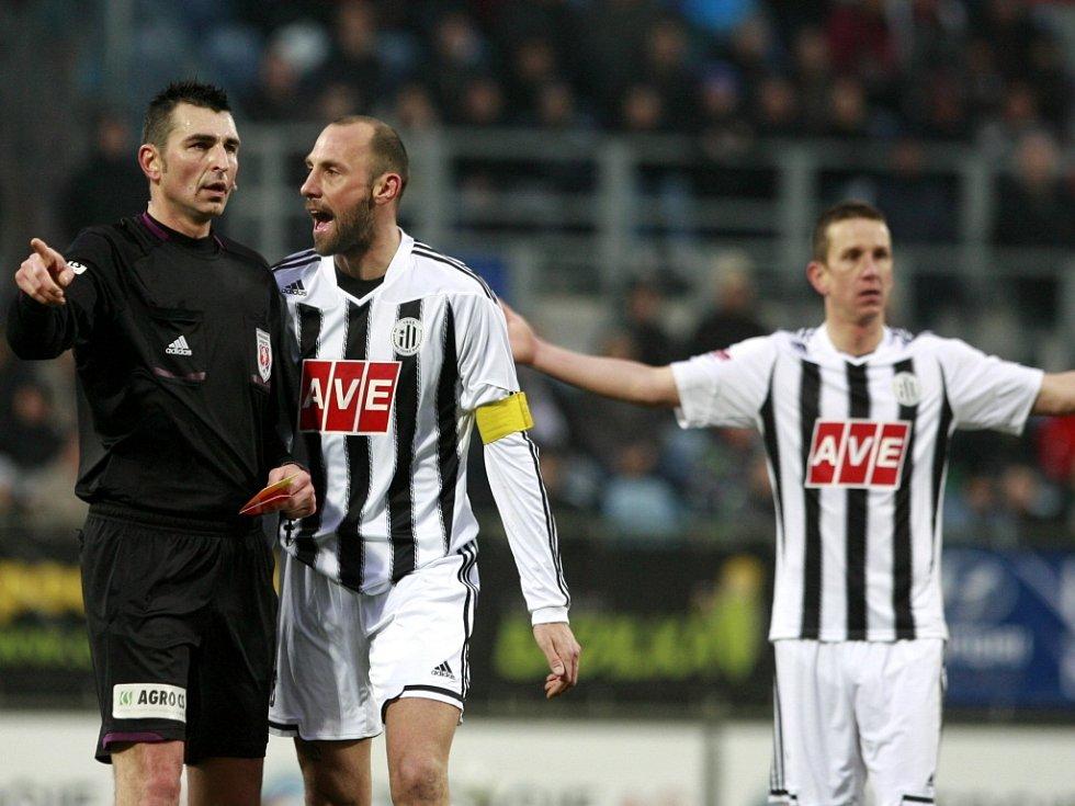 Roman Lengyel z Českých Budějovic (uprostřed) nesouhlasí s nařízenou penaltou pro Příbram, za své protesty viděl od sudího Drahoslava Drábka žlutou kartu.