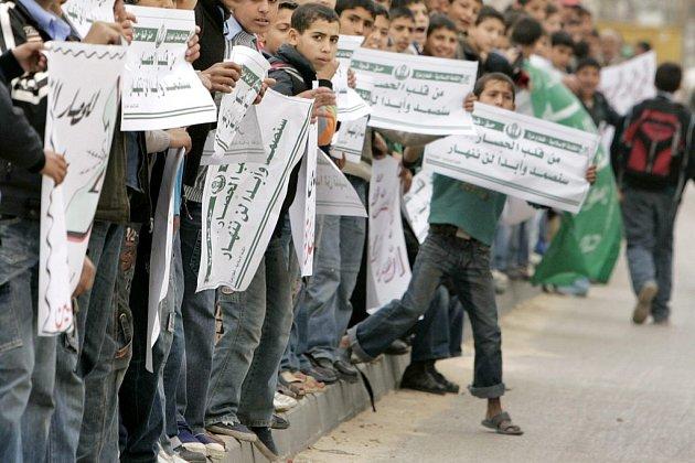 Velkou část několikatisícového lidského řetězu tvořili žáci palestinských škol, kteří měli v pondělí díky protestu volno.