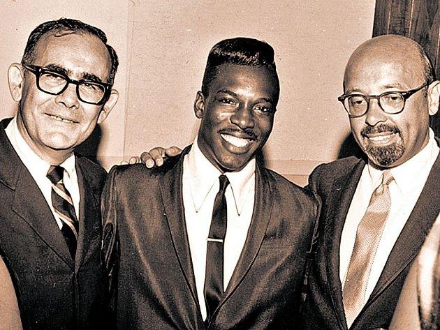 Jerry Wexler (vlevo) s hudebníkem Wilsonem Pickettem (uprostřed) a zakladatelem Atlantic Records Ahmetem Ertegunem.