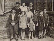 Anglie 1940, Asaf Auerbach 3. zprava, jeho bratr 1. zleva, první tři dole: Petr Felstein, Hana Franklová, Líza Daschová, uprostřed Ralf Strass, vpravo Raja Strassová, Pavel Strass, nahoře vpravo Fritz Schwartzkopf, Hana Strassová.
