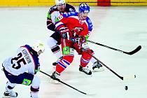Útočník Niko Kapanen (v červeném) vstřelil v Nižném Novgorodě jeden gól, ale na vítězství Lva to nestačilo.