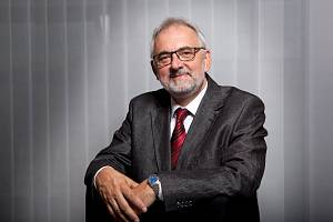 Libor Grubhoffer je profesor v oboru molekulární a buněčná biologie a genetika. Šéfuje Biologickému centru Akademie věd ČR a ve své odborné práci se mimo jiné zabývá i problematikou klíšťat.