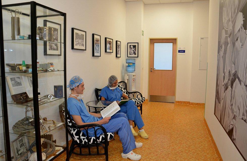 Vitrína s částí sbírky medicínského retra v prostorech pro odpočinek zdravotníků v centrálním operačním traktu