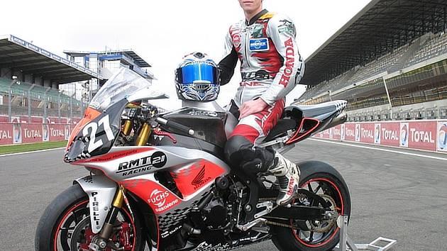 Tomáš Mikšovský pózuje na startovní rovince v Le Mans na Hondě svého nového týmu, německého RMT Racing.