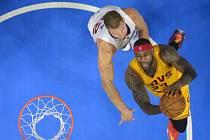 LeBron James (vpravo) a jeho koš
