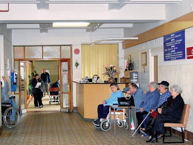 Pacienti ve vstupní hale stodské nemocnice možná budou od Nového roku držet při čekání v ruce vstupenku. Jejich prodejem chce vedení nemocnice zjednodušit vybírání poplatků od pacientů za vyšetření.