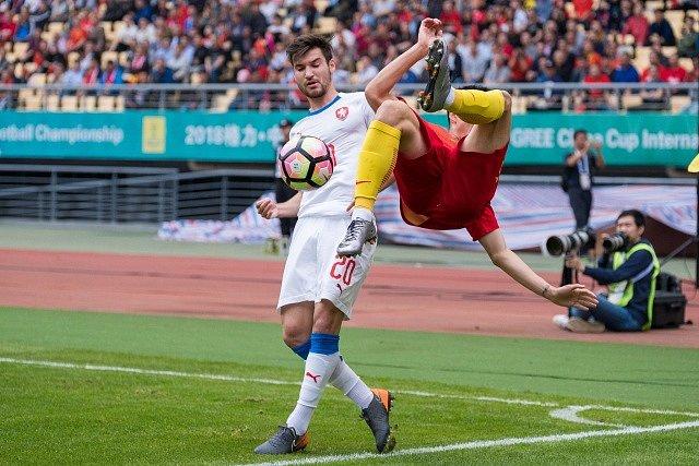 Michal Trávník (v bílém) proti Číně.