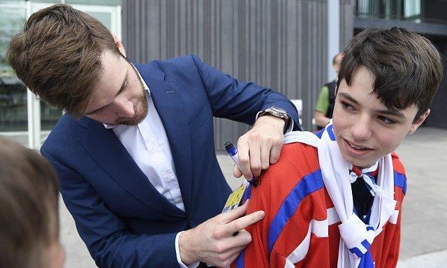 Pavel Francouz (vlevo) s fanouškem.