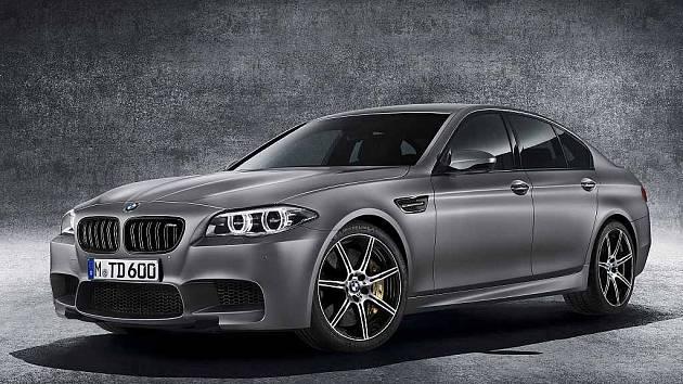 """BMW M5 ve výroční edici """"30 Jahre M5""""."""