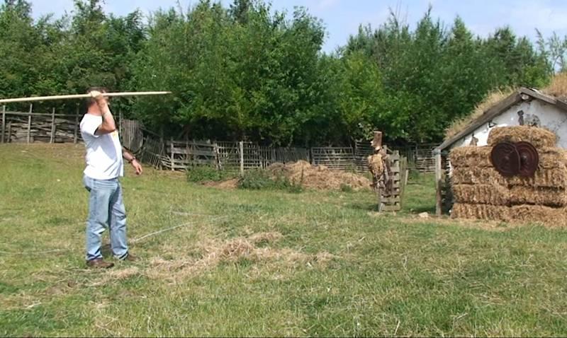 Součástí bojových technik byl i hod oštěpem s bronzovým hrotem