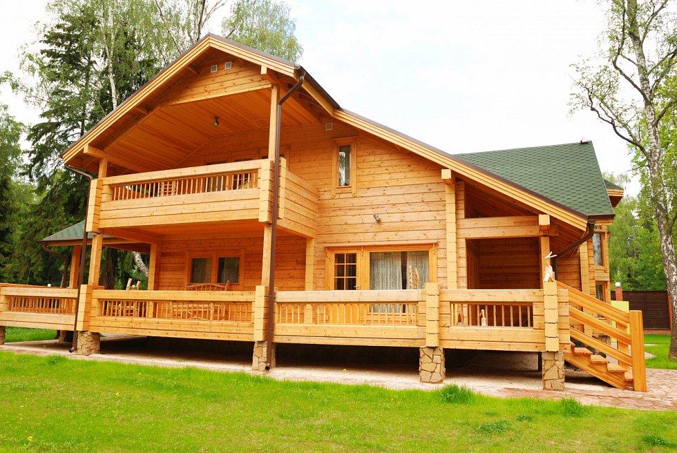 Srub je dřevěná stavba vybudovaná z vodorovně kladených, v rozícgh pomocí dlabů překřížených trámů