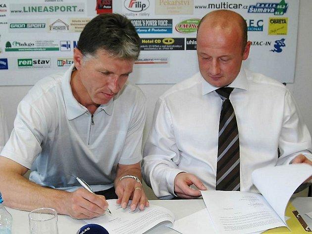 Trenér Jaroslav Šilhavý podepisuje na sobotní tiskové konferenci smlouvu sViktorií Plzeň, vpravo přihlíží sportovní manažer Viktorie Adolf Šádek.