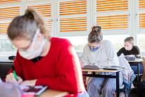 Žáci v rouškách ve škole. Ilustrační snímek